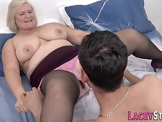 Granny gets her mature pussy..