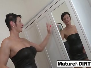 Brunette mature'_s ass is so..