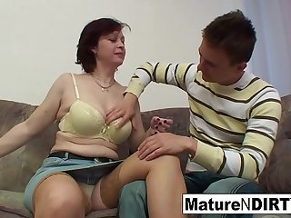 Horny mature wants her hairy..