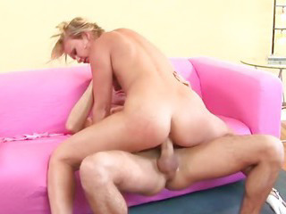 Guy gives his favorite MILF..